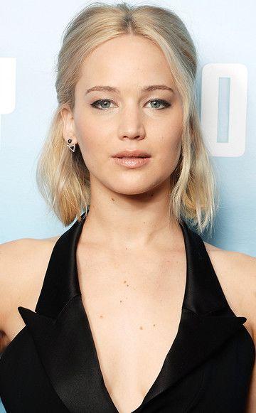 Die 5-Sekunden-Frisur à la Jennifer Lawrence: Einen Mittelscheitel ziehen. Rechts und links eine ca. 5cm dicke Strähne abtrennen und mit einer kleinen Klammer am Hinterkopf feststecken. Ein paar Haare vorsichtig herausziehen.