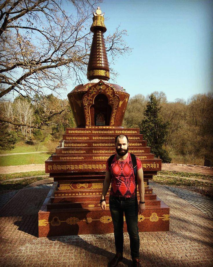 Буддистская ступа просветления в киевском ботаническом саду. Традиция дзогчен - тибетский буддизм. Действие ощущается за 5 метров. Новое место силы с классными энергиями.  #просветление #медитация #осознанность #буддизм #целостность #башта