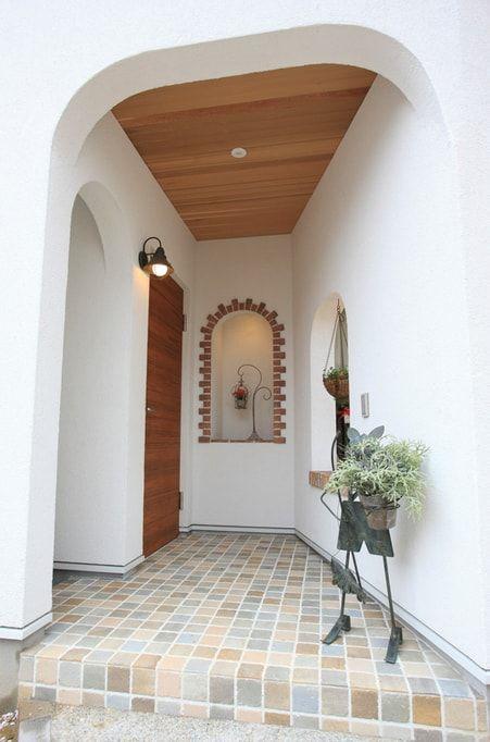 白いポーチの玄関
