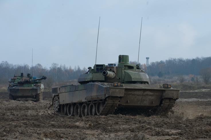 Chars LECLERC et AMX 10 RC en manoeuvre au camp militaire de Mourmelon (51). © S. POETTE