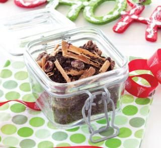 Homemade Christmas Tea DIY 1 stick cinnamon 100g loose-leaf green tea 5 cloves 1 teaspoon ground ginger 1 vanilla pod 1 tablespoon dried cranberries (optional)