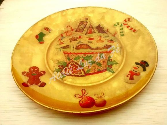 Prato Doces de natal      Prato decorado com ecnicas de decoupagem e craquele.      Prato de vidro com 18cm de diametro      Acompanha suporte de parede.   Largura: 18.00 cm