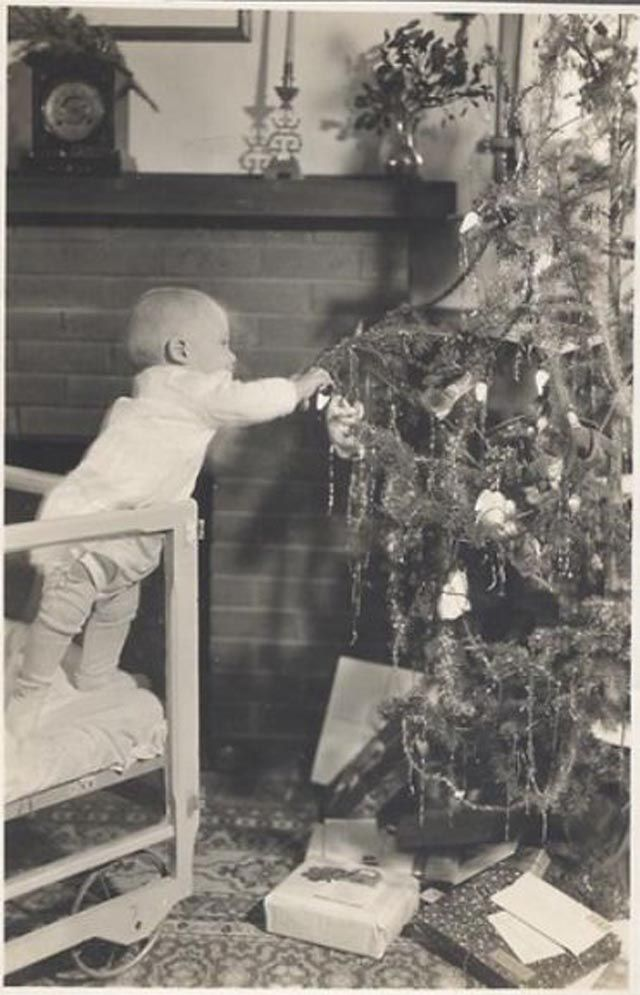 Preparing for Christmas – 37 Lovely Vintage Photos Show People Decorating Their Christmas Trees