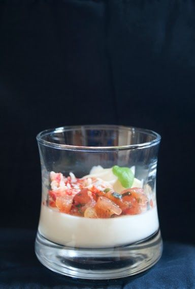 Aperitiefhapje tomaat, mozzarella, king krab, basilicum, parmezaan