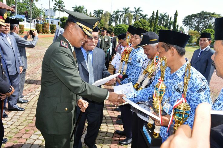 Dandim 0601/Pandeglang Memberikan Penghargaan kepada keluarga pahlawan perintis kemerdekaan dan Sekolah berprestasi di kabupaten Pandeglang. usai upacara peringatan hari pahlawan