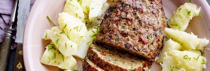Vleesbrood met paprikasaus en peterselieaardappelen