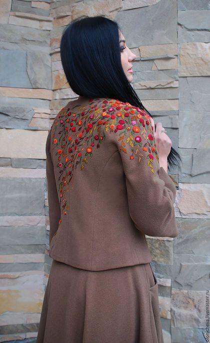Купить или заказать Теплый женский костюм с вышивкой ручной работы 'Цветочный каскад' в интернет-магазине на Ярмарке Мастеров. Шерстяной костюм - пиджак и юбка из итальянского кашемира. Очень оригинальный и стильный комплект с асимметричной объемной вышивкой полностью ручной работы... Юбка - полуклеш с карманами, актуальный и модный фасон, смотрится очень женственно. Полуприталенный вышитый пиджак с застежкой на кнопочке и лаконичной горловиной. Боковые рельефы, рукав - три четверти со…