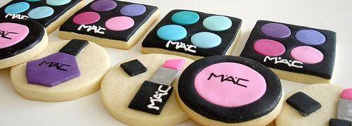 """Makeup Cookies. Nodig: Koekjesmix + ingr., Fondant div. kleuren. Glazuur, Koekjesstekers. Werkwijze: Bereid en bak de koekjes (div. vormen rond/vierkant) en laat ze afkoelen. Rol fondant uit en steek hier figuurtjes uit en plak deze met glazuur op de koekjes. Je kunt bijv. Oogschaduw, Nagellak, Blush, lippenstift maken enz. evt. kun je met glazuurstiften nog een """"merk"""" opschrijven."""