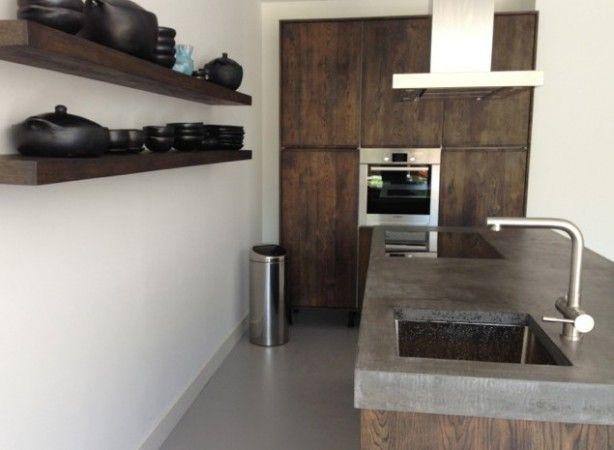 Donker gebeitste eiken houten keuken, 100% massief hout. Met Ikea laden en kasten. Koak Design keuken.