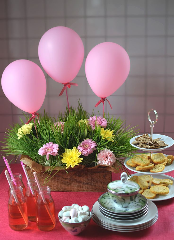 Table setting and table decoration for spring with balloons - Helena Lyth