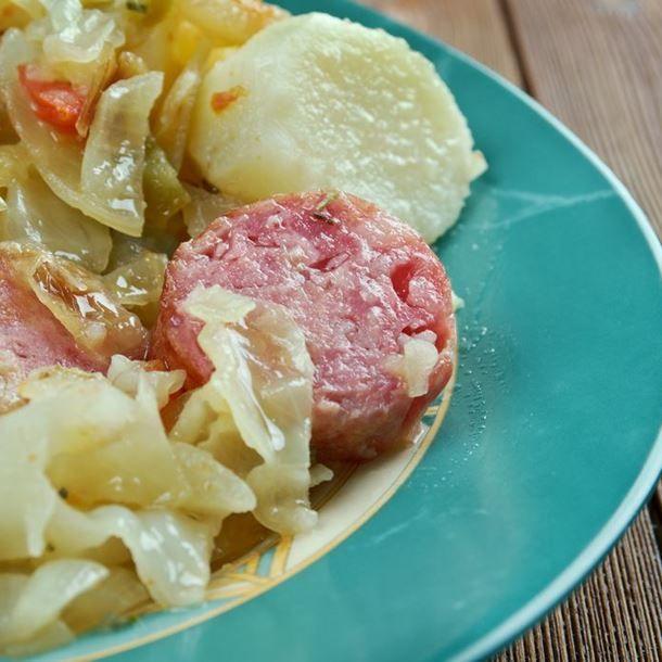 Chou vert frisé 4 carottes 4 saucisses 8 pommes de terre 2 oignons 2 gousses d'ail 2 échalotes 1 c. à soupe d'huile d'olive 1 bouillon cube