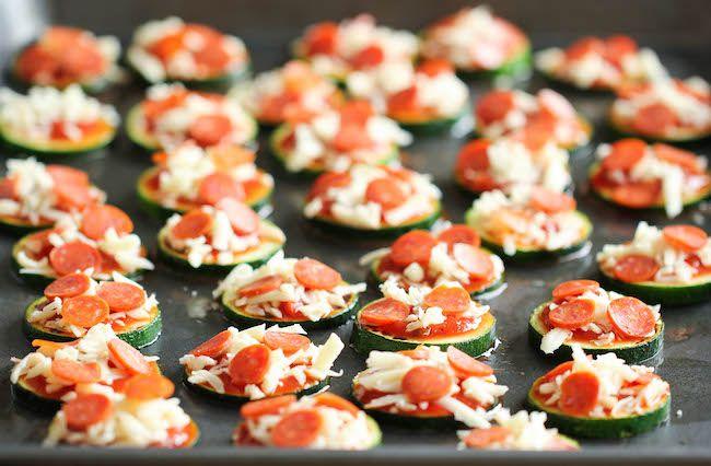 mini Pizza  préparation / cuisson 20 minutes avec seulement 5 ingrédients : 1 càs d'huile d'olive - 3 courgettes coupées en rondelles épaisses - Sel et poivre noir fraîchement moulu, sauce marinara 1/3 tasse - 1/2 tasse de mozzarella râpé finement - 1/4 tasse de pepperoni minis - 1 càs assaisonnement à l'italienne