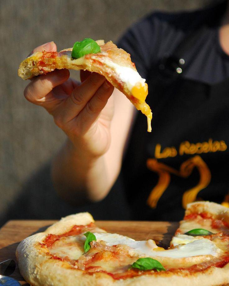 Habéis probado la pizza carbonara? A pesar de su nombre es un invento español. Se trata de ponerle a una pizza los ingredientes de la salsa carbonara. Y el resultado ya os digo que ha sido más que satisfactorio y sino a las pruebas me remito