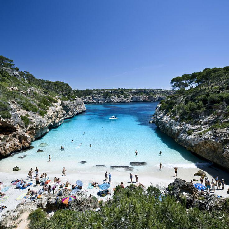 La playa de Calo des Moro en Mallorca, es un arenal rocoso muy concurrido en verano, pero que bien merece un vistazo, y por descontado un baño, por su espectacular perfil. Aguas cristalinas y arena blanca entre acantilados.Leer más: http://www.platgesdebalears.com/caplaibFront/playa_basico.es.jsp?cPla=65015&cMun=1&cIsl=MA