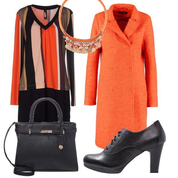 Vestito manica lunga con disegno geometrico, cappotto doppiopetto arancione, francesina nera, maxibag nera. Per illuminare l'outfit collana arancione con perle e medagliette dorate.