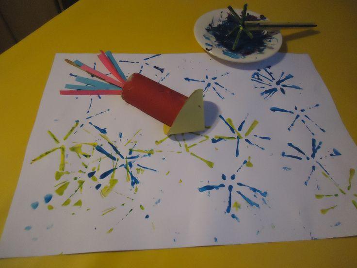 """Vuurwerk/vuurpijl. Maak van buigzame rietjes een soort ster ( zie foto). Dit is de stempel. Gebruik plakkaatverf. Maak van een halve wc rol en een rondje papier ( waar je een puntmutsje van vouwt) een """"vuurpijl"""". Een stokje met daaraan strookjes papier maakt de pijl compleet."""
