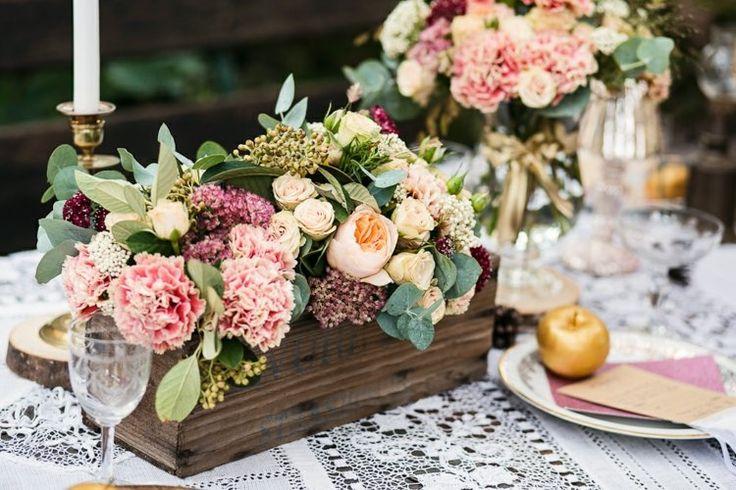 déco mariage champêtre - arrangement de fleurs de couleur rose pâle,pêche et vert sur un chemin de table en dentelle