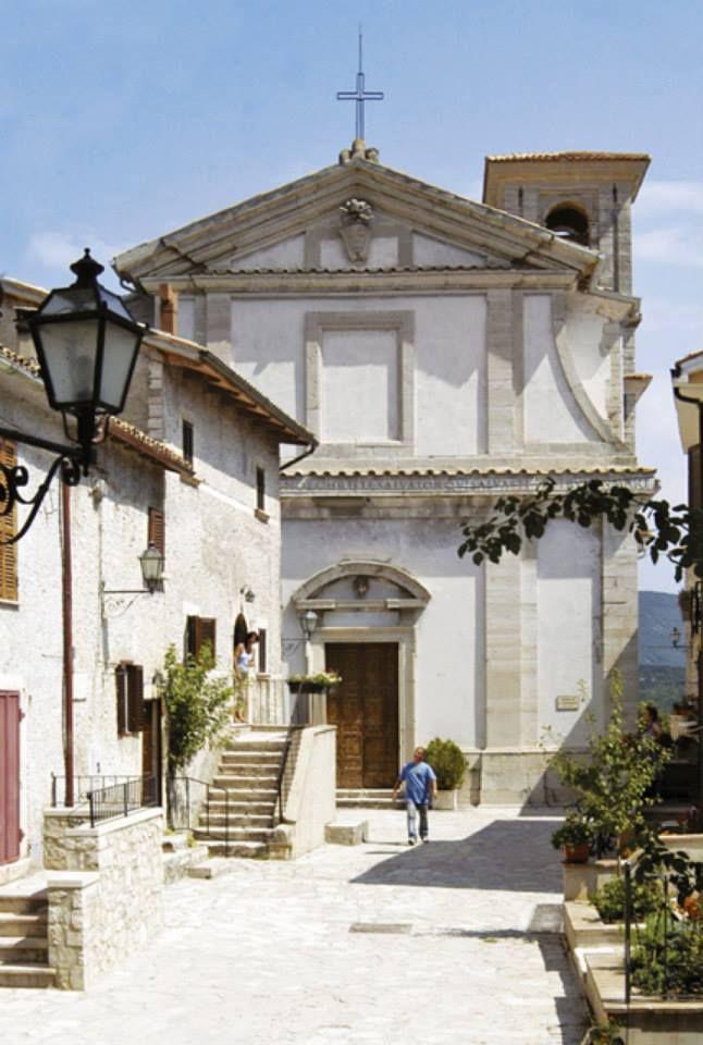 La Chiesa di San Salvatore si trova ad Usigni, nel Comune di Poggiodomo, in località Fontevecchia, piccolo e grazioso centro posto a dominio della valle del Tissino, lungo l`itinerario che provenendo dalla Sabina e da Monteleone di Spoleto, raggiungeva il nodo stradale di Cerreto di Spoleto.