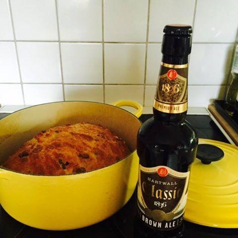 Pääsiäisen paras pataleipä syntyy uudella Hartwall Classic 1836 Brown Ale -oluella maustettuna. Leipään tarvitaan 4 dl vehnäjauhoja, 3 dl hiivaleipäjauhoja, 1 tl suolaa, ½ tl kuivahiivaa ja 3 ½ dl Hartwall Classic 1836 Brown Ale -olutta.  Katso valmistusohje: www.facebook.com/Hartwall1836