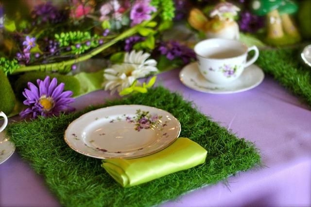 Love the grass placemat at this fairy party #fairy #birthday #tablesetting