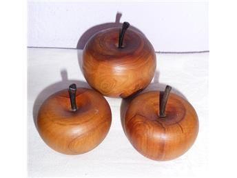 3 vackra svarvade trä äpple för dekoration av Jul bordet