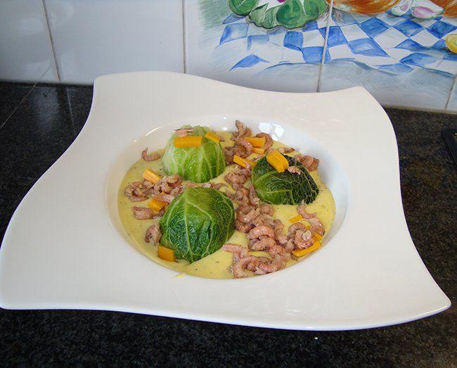 Mooi verpakte savooikoolpuree met kaassaus en garnaaltjes 1