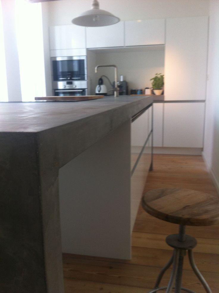 Terrazzo-Betonnen eilandblad met naadloos meegestorte zijwand, geïntegreerde kookplaat en meegestorte betonnen spoelbak.