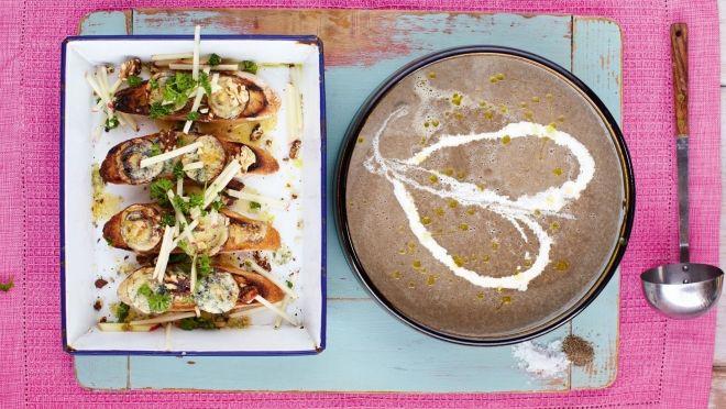 Bu ziyafetin onur konuğu: Mantar!     Kıvamı tam yerinde mantar çorbasının tadını kızarmış ekmek dilimleriyle tamamlıyoruz ve çorba tek başına bir ana yemeğe dönüşüyor.