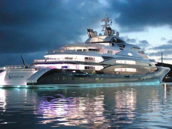 serene yacht éclairé