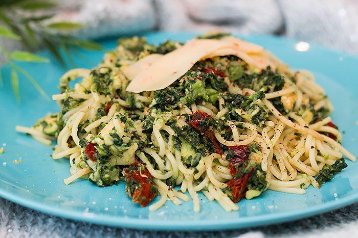 Een recept wat ik al een hele poos geleden heb gemaakt, volgens mij ergens zomer vorig jaar. Toch wil ik hem graag nog met jullie delen! Ingrediënten (voor 1 persoon): 1 avocado Spagetti voor 1 persoon 3 zongedroogde tomaatjes in olie 6 blokjes diepvries spinazie Geraspte kaas Bereidingswijze: Doe wat heet water in een pannetje en breng dit aan de kook. Voeg daarna de spagetti toe en kook dit volgens de aanwijzingen op de verpakking. Prak ondertussen een avocado fijn in een kommetje. Snijd…