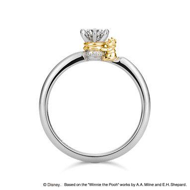"""ダイヤモンドの石座が""""ハニーポット""""になった『くまのプーさん』デザインのエンゲージリング。「愛しい人」を意味する """"Sweet Honey""""にかけて、身に着ける人が甘くて素敵な時間を過ごせますようにと願いを込めて。"""