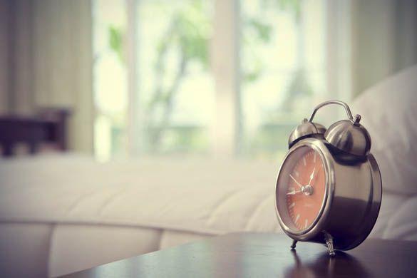 Meski libur, jangan malas-malasan di tempat tidur karena bangun pagi banyak manfaat sehatnya loh.  Dengan bangun pagi, Anda tidak melewatkan waktu sarapan. Karena orang yang terbiasa melewatkan sarapan lebih rentan terkena penyakit spt diabetes, obesitas dan jantung.  Selain itu, Anda juga bisa melakukan olahraga ringan di pagi hari yang manfaatnya menghilangkan stress dan menumbuhkan pikiran positif.