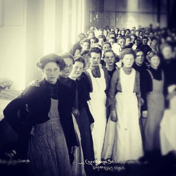 """@akerselvadigitalt's photo: """"Instagram anno 1904. Det var hardt å arbeide på Christiania Seildugsfabrik #seilduken, #kvinnearbeidsplass #klasseskiller Fabrikkvinnene tjente mindre enn mennene, men mer enn tjenestepikene."""""""