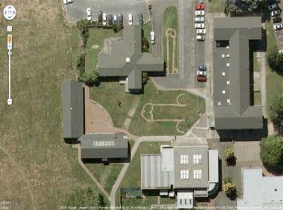 Um homem que tentava localizar uma casa através do Google Earth se deparou com algo inesperado ao ver imagens de satélite da cidade de Hamilton, na Nova Zelândia. Nos gramados da escola secundária Fairfield College, ele viu dois pênis gigantes desenhados, aparentemente, com um cortador de grama.