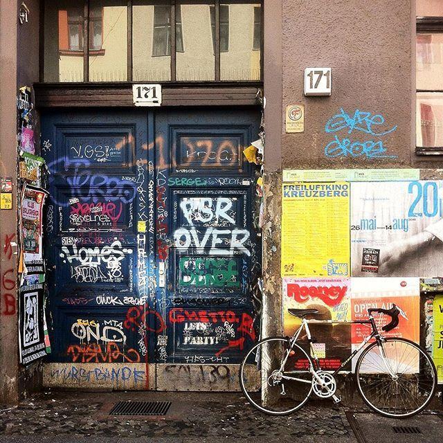 Bicycle in Berlin By La Ciudad al instante © #berlin #alemania #germany #facade #fachada #rsa_streetview #rsa_doorsandwindows #bycicle #instagram #instagrammers #communityfirst #igers #ig_europe #ig_worldclub #berlincity #ig_berlin #ig_berlin