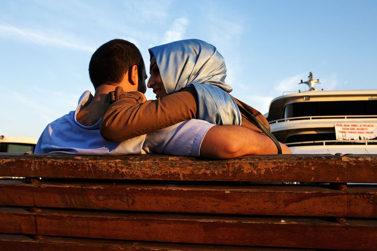 turkey_istanbul_besiktas_seaside_couple_young_relationship_woman_headscarf_islam_muslim