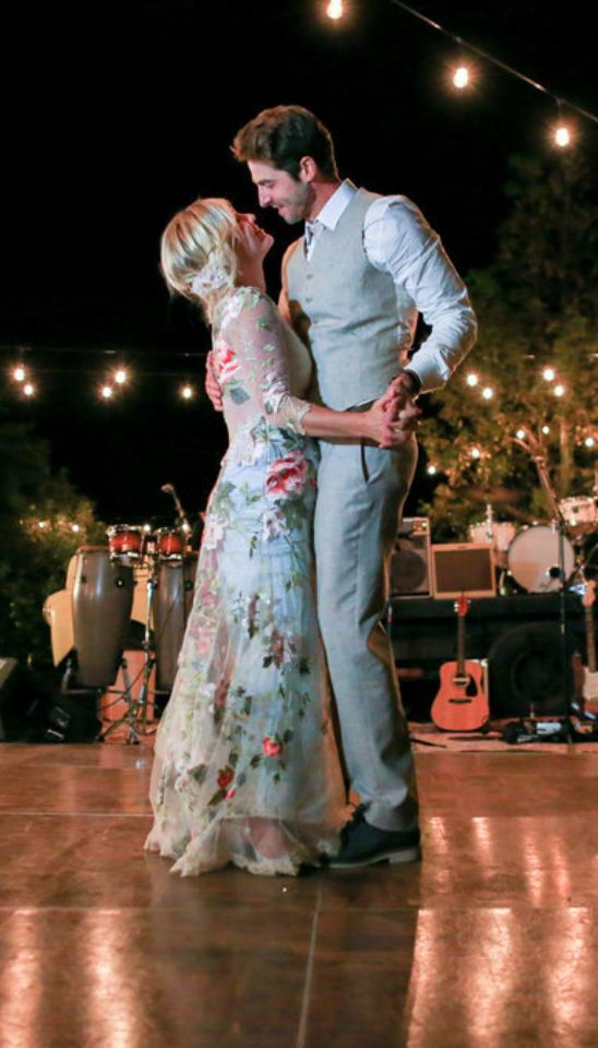 Jennie Garth married Dave Abrams in a gorgeous outdoor event in Los Olivos, CA, on July 11, and now the couple is sharing stunning pictures from their big day!