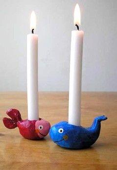 Aus lufttrocknender Modelliermasse um eine Kerze herum ein kleines Tier formen. Ohne Kerze trocknen lassen, dann anmalen und eventuell später lackieren.