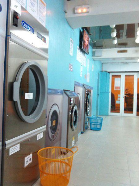 Vendo lavandería autoservicio. Recién estrenada, con una lavadora de 18 kg, una lavadora de 11 kg y una secadora de 14 kg (marca IMESA). La secadora funciona con gas para economizar mucho. Con baño con acceso a minusválidos, televisión de 32″, cámaras y grabadora con conexión a internet. Posibilidad de poner máquinas de vending. La superficie del local es de 81m2 y la del área de clientes de 25m2. Precio de venta del local y las instalaciones: 58.900 €. ¡Oportunidad única!