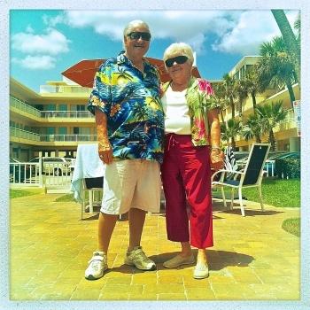 A Daytona, les stock-cars du circuit automobile mondialement connu rivalisent désormais avec les voiturettes de golf, seul moyen de transport dans les communautés de retraités qui pullulent dans toute la Floride. Pour preuve Chuck et Jean, senior style.