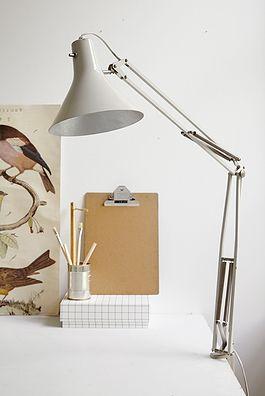 Hvid metal arkitektlampe - 500kr. Køb den på www.loppedesign.dk