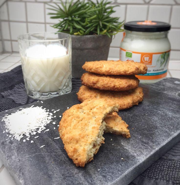 Opskrift (6 store cookies)60 g. mandelmel40 g. kokosmel20 g. havregryn50 g. sukker/sukkererstatning (eksempelvis Suvida eller Sukrin)60 ml. kokosolie1 stk. æg1 tsk. bagepulver1/4 tsk. salt1 tsk. vaniljeessensHow to Tænd ovnen på 180 grader varmluft. Mandelmel, ko