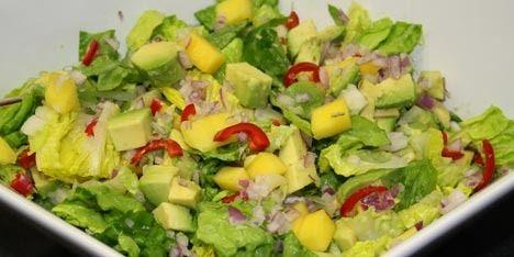 Eksotisk og farverig salat med mango, avocado og chili samt en skøn honning/sennepsdressing til.