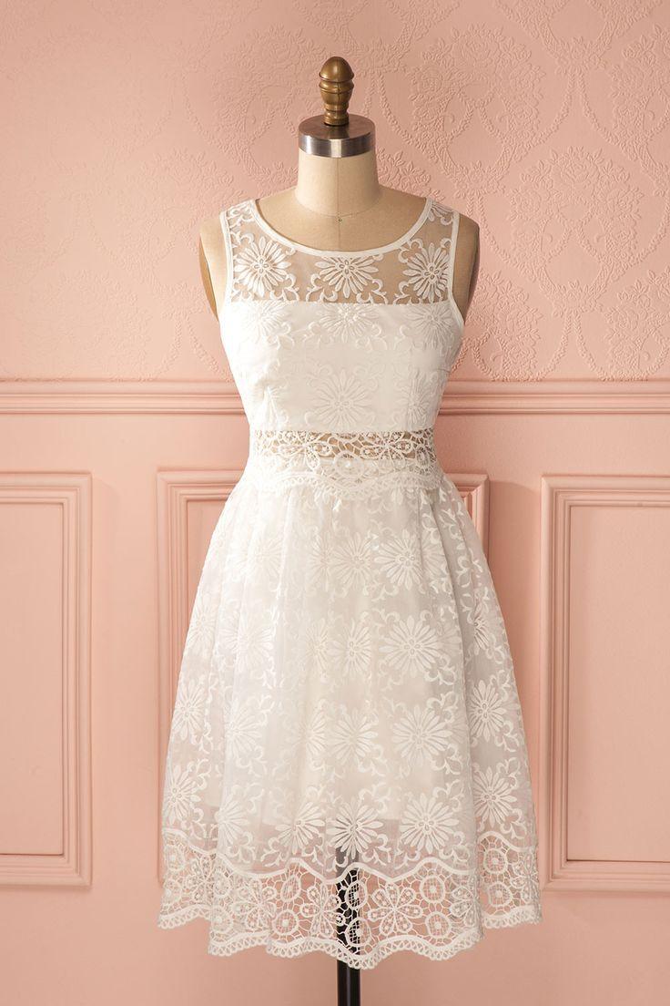 Son aura de pureté, son regard profond, son sourire sincère et sa robe blanche la rendait adorable.