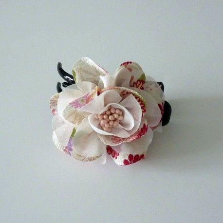 Accessoire pour kimono ou yukata - Pince à cheveux japonaise fleur blanche en tissu chirimen Kimono hair accessory - white beautiful flower made of chirimen fabric.