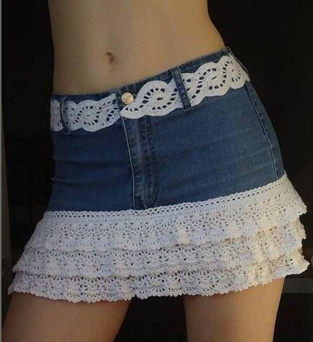 Com uma calça jeans velha e uns babados de crochet (poderá ser substituído por um bico de renda)você pode fazer essa saia customizada. Que achas? Crie, recrie, reinvente-se.