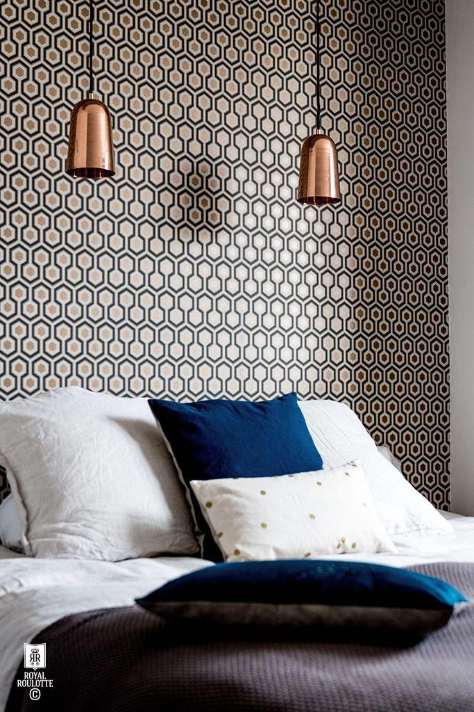 Tapisserie graphique comme tête de lit + suspension pour lampe de chevet