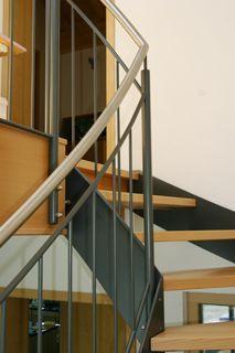 Treppengeländer beschichtet mit Edelstahl-Handlauf