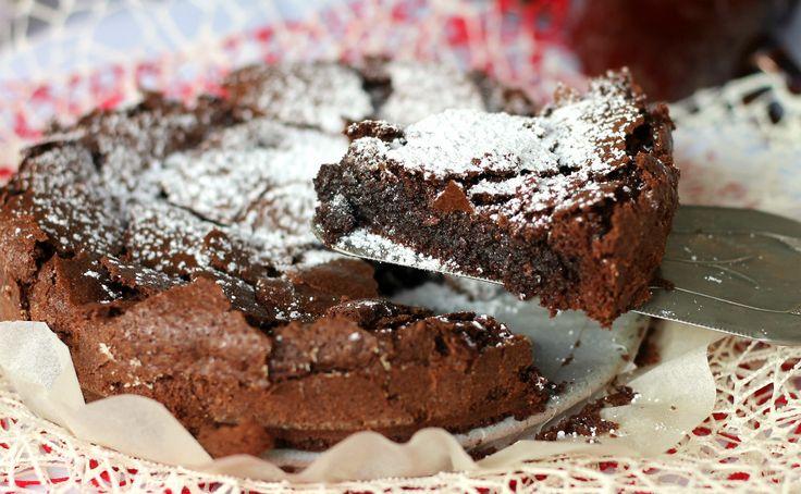 La torta Tenerina è una torta al cioccolato tipica di Ferrara. Una crosticina croccante e un cuore umido e cremoso ne fanno la torta al cioccolato più amata