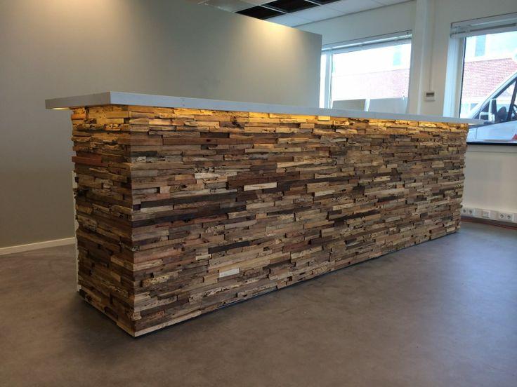 Maatwerk ontvangstbalie van recycled hout van Wonderwall Studios